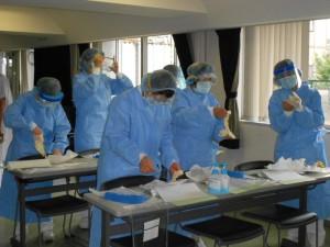 ▲新型インフルエンザに備え個人防護具着脱練習