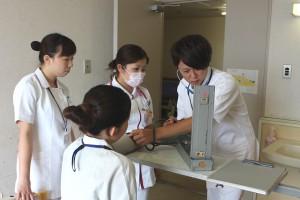 お互いに血圧測定。初めての血圧測定に緊張する看護学生も。