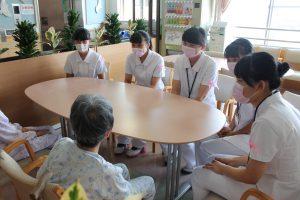△患者さんと談話(整形外科病棟) 入院中の患者さんの気持ちに寄り添います。