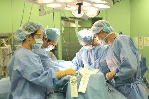 △手術のようす(左から2番目順に:佐藤寛丈第二外科部長、峯積拓巳研修医、篠原翔一第一外科医師)