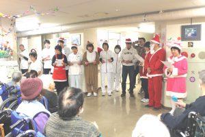 回復期リハビリテーション病棟スタッフによる、クリスマスソング合唱のようす。このあと、患者さんへこころのこもったプレゼントを手渡されました。