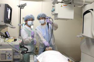△気管支鏡研修のようす②(左:徳田宏治呼吸器内科医師、右:峯積拓巳研修医)