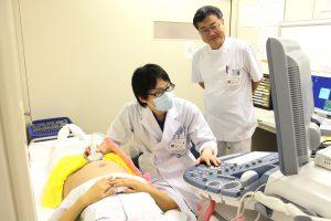△妊婦健診 腹部超音波のようす(左:船山陽平研修医、右:渡辺尚第一産婦人科部長)