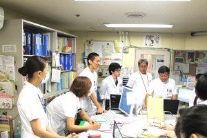 △産婦人科病棟 カンファレンスのようす(左から4番目:船山陽平研修医)