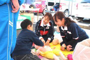 △赤十字講習会(幼児安全法)コーナー 心臓マッサージのようす