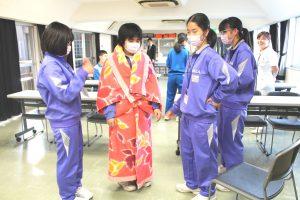 △健康生活支援講習受講 保温のために1本の紐と1枚の毛布でガウンを作りました。災害時に役立ちます。