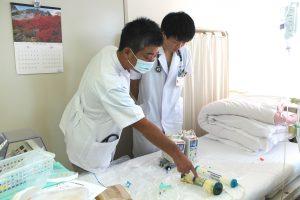 △腹水濾過濃縮再静注法(CART)研修のようす(左:武田真一第三内科部長、右:峯積拓巳研修医)