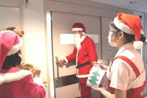 「メリークリスマス!!」と、サンタクロース(保科 優 第二小児科部長)が入院中の子どもたちのもとへ訪問(南3階小児科病棟)。