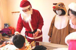 「サンタさんが来たー!!」と、喜ぶ子どもたち。「早く元気になってね」と、声をかけながらプレゼントを手渡しました。